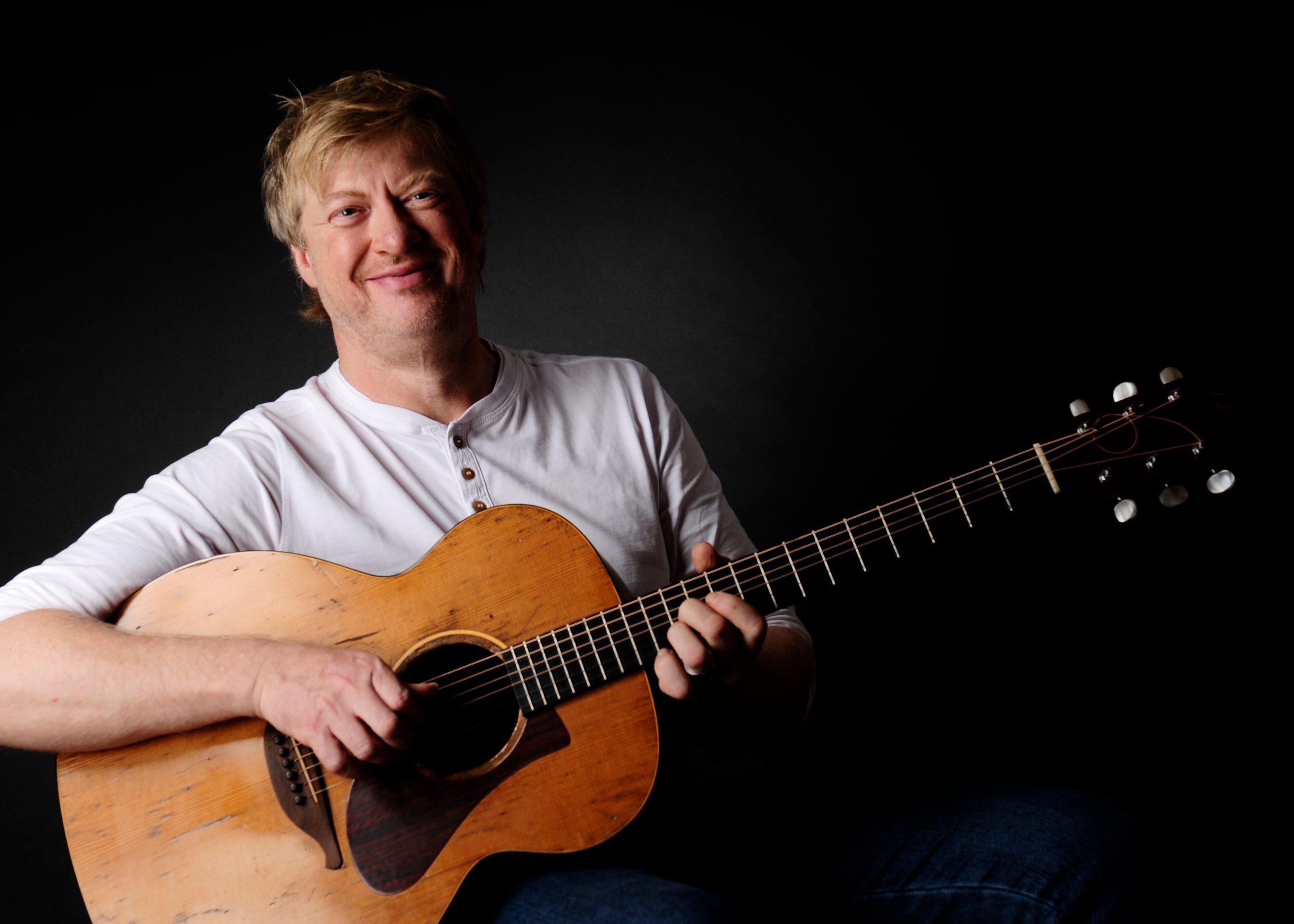 Paddy Schmidt mit Gitarre